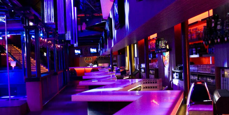 Comptoir de bar pour la discoth que l 39 esmeralda toulouse for Decoration boite de nuit