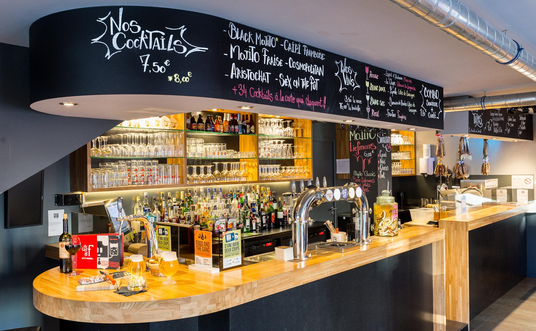 Agencement moderne et convivial pour bar connect aranda mas - Comptoir de bar sur mesure ...