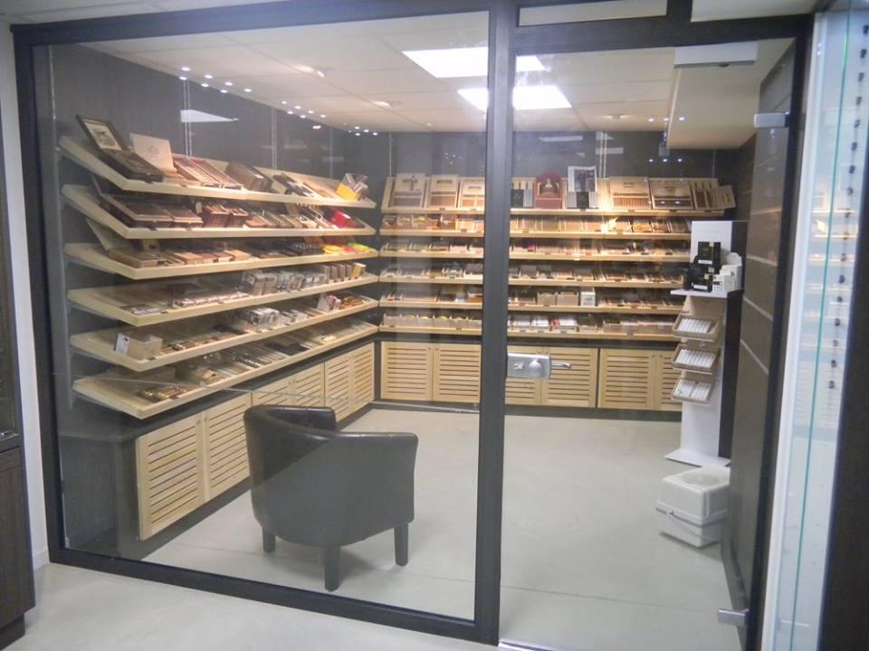 cave cigares en c dre place du capitole toulouse. Black Bedroom Furniture Sets. Home Design Ideas